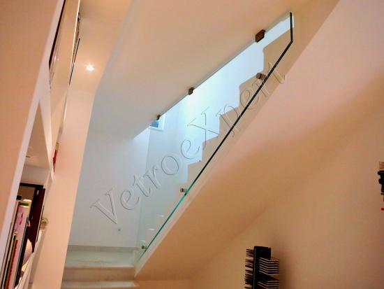 Balaustra da interno su misura in cristallo temperato stratificato, vista laterale - Roma - VetroeXpert - Balaustre Parapetti Recinzioni