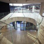 Balaustre circolari in vetro temperato su misura vista frontale - Roma Centro Commerciale - VetroeXpert - Balaustre Parapetti Recinzioni