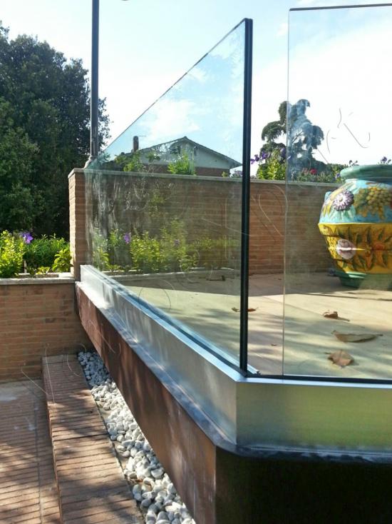 Particolare Balaustra di sicurezza in vetro in giardino - Roma - VetroeXpert - Balaustre Parapetti Recinzioni