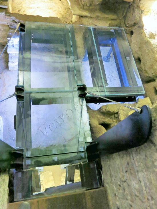 Pavimenti in crisallo extrachiaro nelle Catacombe di San Callisto con tiranti in acciaio - Roma - VetroeXpert - Scale Pavimenti Ascensori