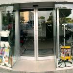 Vetrina Unica Con Porta Automatica - Roma - VetroeXpert - Vetrine per negozi
