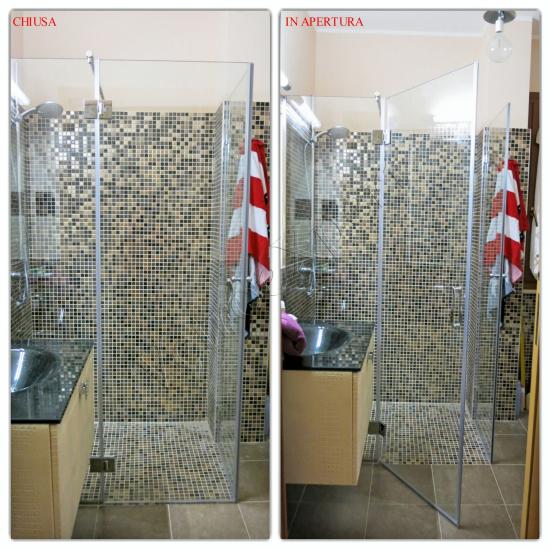 Box doccia a battente in vetro temperato su misura, aperta e chiusa - Roma - VetroeXpert - Box doccia in cristallo temperato su misura