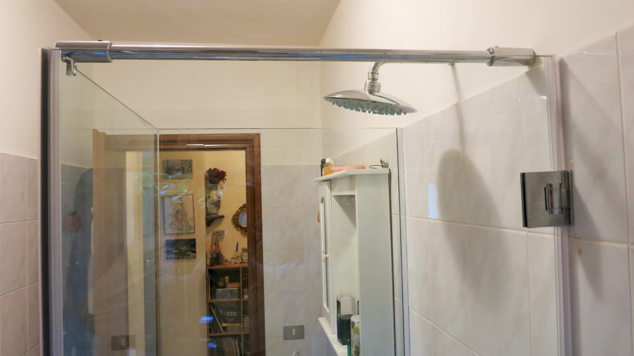 Box doccia in cristallo temperato su misura, dettaglio soffione - Roma - VetroeXpert - Box doccia in cristallo temperato su misura