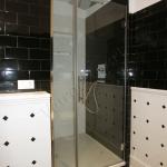 Box doccia su misura in cristallo extrachiaro con parte fissa e parte a battente - Roma - VetroeXpert - Box doccia in cristallo temperato su misura