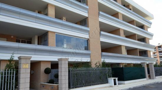 Coperture balconi vista frontale - Roma - VetroeXpert - Vetrate Pieghevoli e vetrate a scomparsa Glassroom