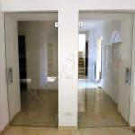 Doppia porta a battente su misura in cristallo temperato con maniglione e cerniere - Roma - VetroeXpert - Porte in vetro su misura e Pareti divisorie