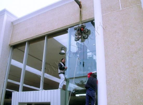 Montaggio vetrina - Roma - VetroeXpert - Vetri speciali e Montaggi