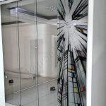 Parete divisoria con decoro - Roma - VetroeXpert - Porte in vetro su misura e Pareti divisorie