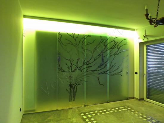 Parete divisoria su misura con porta scorrevole e decorazione a mano - Roma - VetroeXpert - Porte in vetro su misura e Pareti divisorie