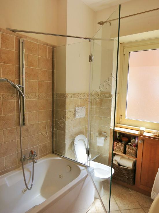 Parete doccia fissa con anta battente su misura - Roma - VetroeXpert - Box doccia in cristallo temperato su misura