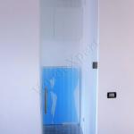 Porta a battente con maniglione e serigrafia - Roma - VetroeXpert - Porte in vetro su misura e Pareti divisorie