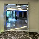 Porta a battente con maniglioni aperta - Roma - VetroeXpert - Porte in vetro su misura e Pareti divisorie