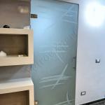 Porta a battente temperata satinata con decoro e maniglione - Roma - VetroeXpert - Porte in vetro su misura e Pareti divisorie