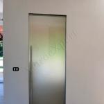 Porta chiusa temperata scorrevole satinata con maniglione grande - Roma - VetroeXpert - Porte in vetro su misura e Pareti divisorie