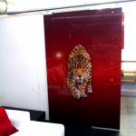 Porta scorrevole in vetro decorato - Roma - VetroeXpert - Porte in vetro su misura e Pareti divisorie