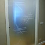 Porta scorrevole in vetro satinato con decorazioni - Roma - VetroeXpert - Porte in vetro su misura e Pareti divisorie