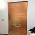 Porta scorrevole in vetro temperato satinato con decoro sabbiato - Roma - VetroeXpert - Porte in vetro su misura e Pareti divisorie