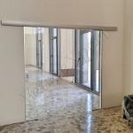 Porta scorrevole in vetro temperato su misura trasparente - Roma - VetroeXpert - Porte in vetro su misura e Pareti divisorie