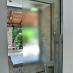 Porta temperata scorrevole satinata con maniglione grande - Roma - VetroeXpert - Porte in vetro su misura e Pareti divisorie