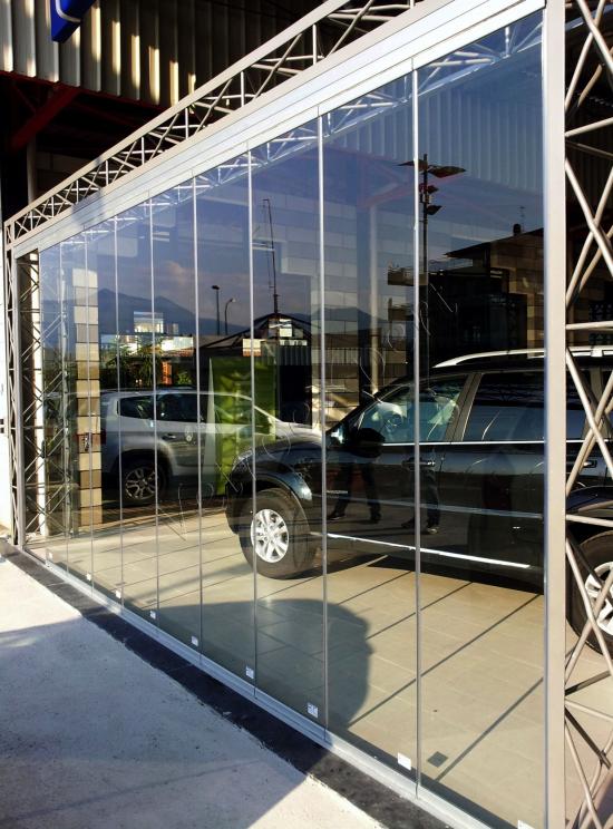 Vetrata a pacchetto Concessionario automobili - Roma - VetroeXpert - Vetrate Pieghevoli e vetrate a scomparsa Glassroom