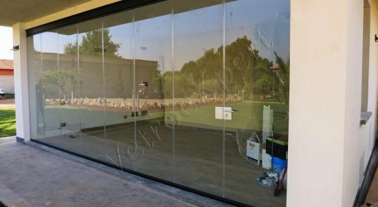Vetrata pieghevole chiusa balcone vista frontale - Roma - VetroeXpert - Vetrate Pieghevoli e vetrate a scomparsa Glassroom