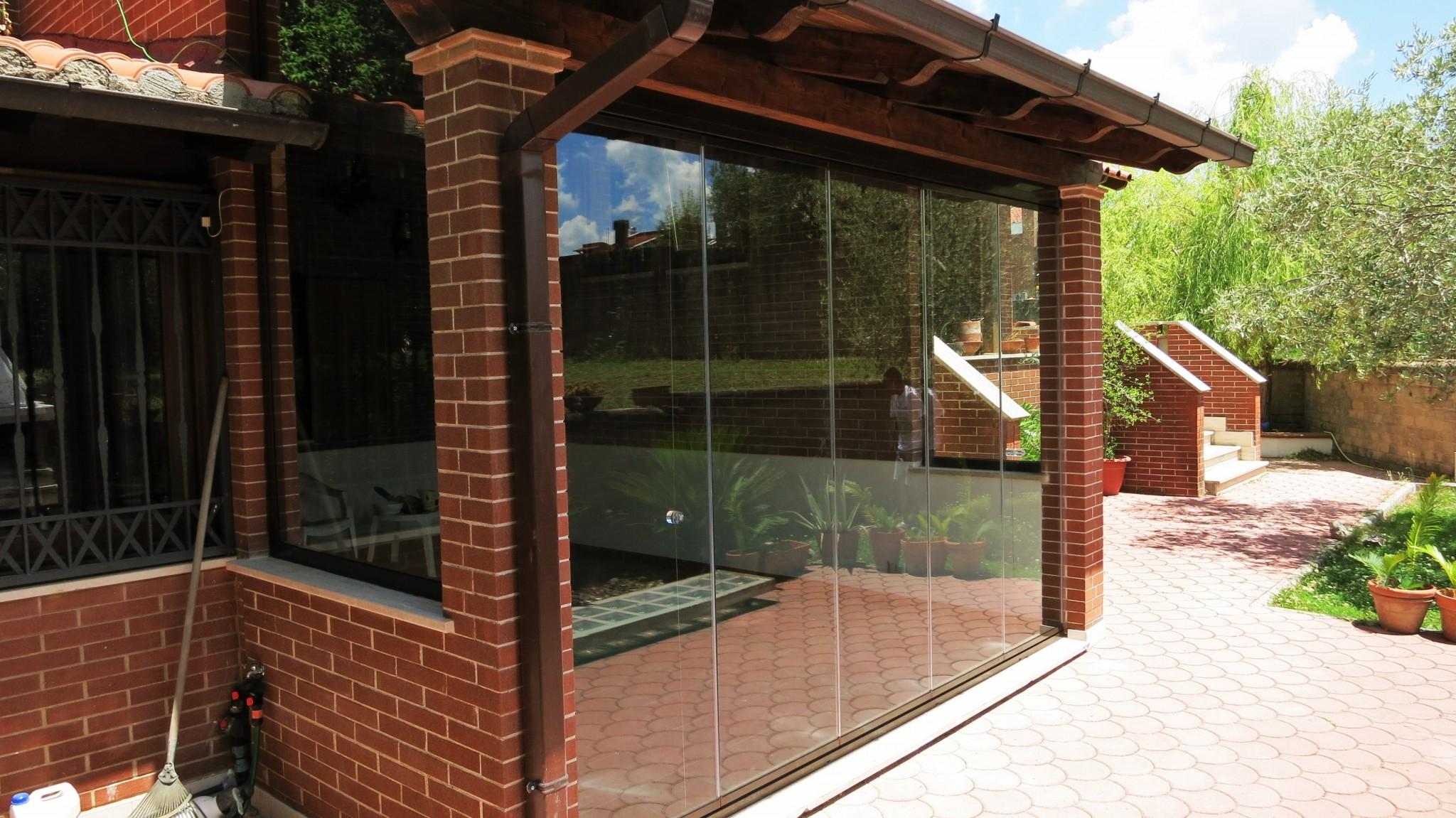 Vetrata pieghevole chiusa uscita patio - Roma - VetroeXpert - Vetrate Pieghevoli e vetrate a scomparsa Glassroom