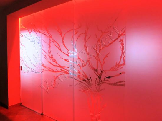 Vetrata Scorrevole Tra Cucina E Salone Colorazione A Led Rosso   Roma   VetroeXpert   Pareti Divisorie In Cristallo
