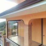 Vetrate Glassroom copertura parziale balcone vista laterale - Roma - VetroeXpert - Vetrate Pieghevoli e vetrate a scomparsa Glassroom