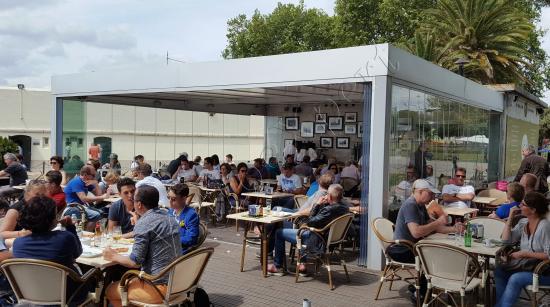 Vetrate Panoramiche Installate In Un Bar Con Pergola Bioclimatica