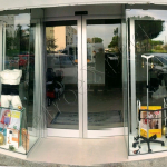 Vetrina unica con porta automatica - Roma - VetroeXpert - Vetrate continue a Facciata puntiforme