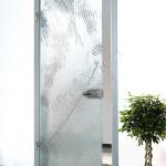 Porta a battente in vetro con decoro-AG - Roma - VetroeXpert - Porte in vetro su misura e Pareti divisorie