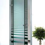 Porta a battente in vetro con decoro-AN - Roma - VetroeXpert - Porte in vetro su misura e Pareti divisorie