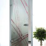 Porta a battente in vetro con decoro-AQ - Roma - VetroeXpert - Porte in vetro su misura e Pareti divisorie