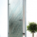Porta a battente in vetro con decoro-AV - Roma - VetroeXpert - Porte in vetro su misura e Pareti divisorie