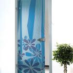 Porta a battente in vetro satinato con decoro-CG - Roma - VetroeXpert - Porte in vetro su misura e Pareti divisorie