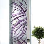 Porta a battente in vetro satinato con decoro-DM - Roma - VetroeXpert - Porte in vetro su misura e Pareti divisorie