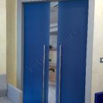 Porta scorrevole in vetro blu coprente - Roma - VetroeXpert - Porte in vetro su misura e Pareti divisorie