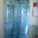Porta scorrevole in vetro decorata - Roma - VetroeXpert - Porte in vetro su misura e Pareti divisorie
