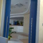 Porta scorrevole in vetro doppia anta - blu - Roma - VetroeXpert - Porte in vetro su misura e Pareti divisorie