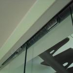 Porta scorrevole in vetro - particolare - Roma - VetroeXpert - Porte in vetro su misura e Pareti divisorie